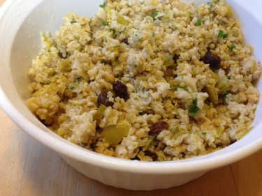 Bulgur pilaf with leeks, currants and pinenuts